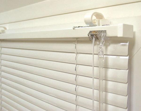 Алюминиевые жалюзи на пластиковом окне