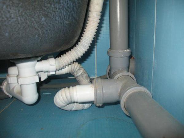 В канализационной системе старые чугунные трубы заменяют пластиковыми