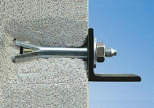 После того, как затянута гайка, анкер надёжно зафиксирован в газобетоне. Анкер можно вырвать только с частью газобетонного блока