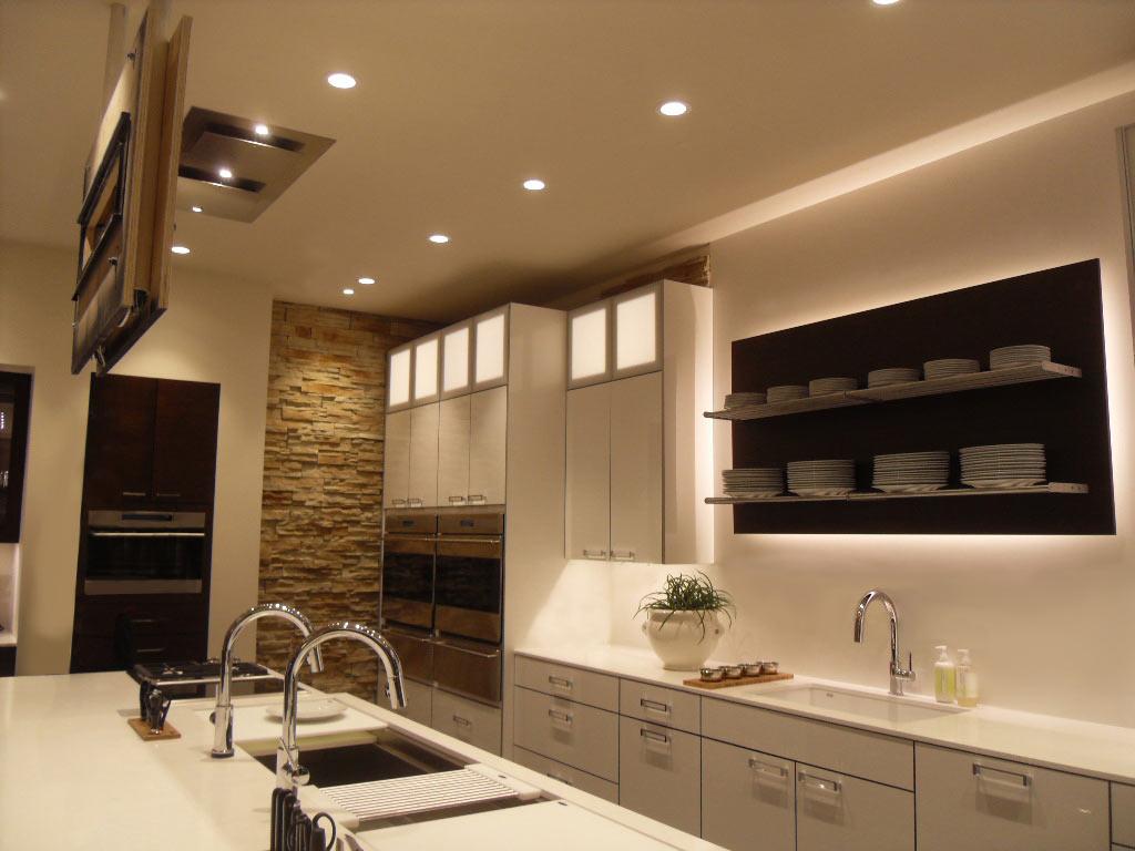 На потолке кухни установлены только точечные светильники