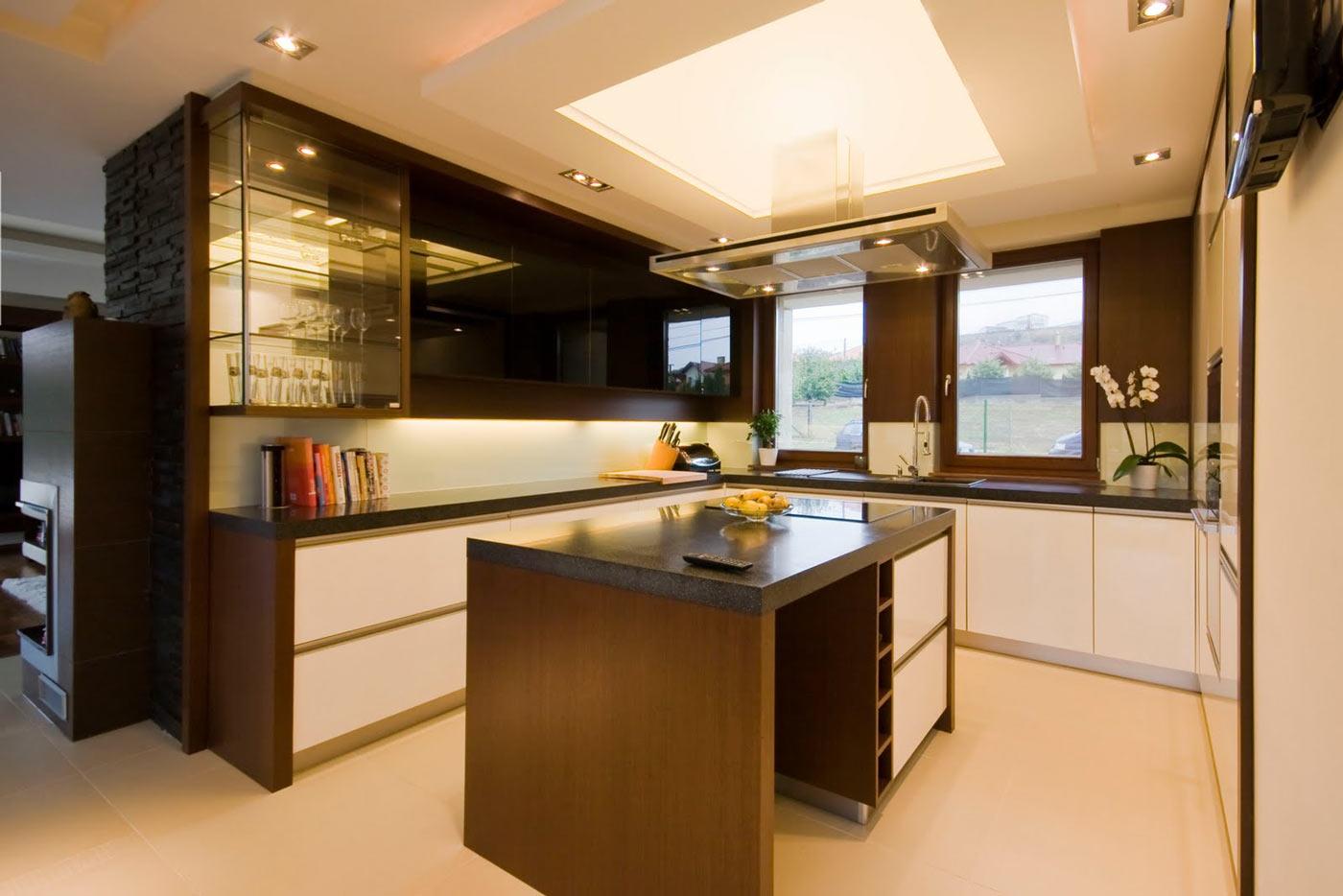В центре кухне размещен огромный светильник квадратной формы